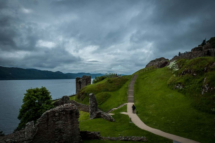 Urquhart castle and the loch Ness - Image 0