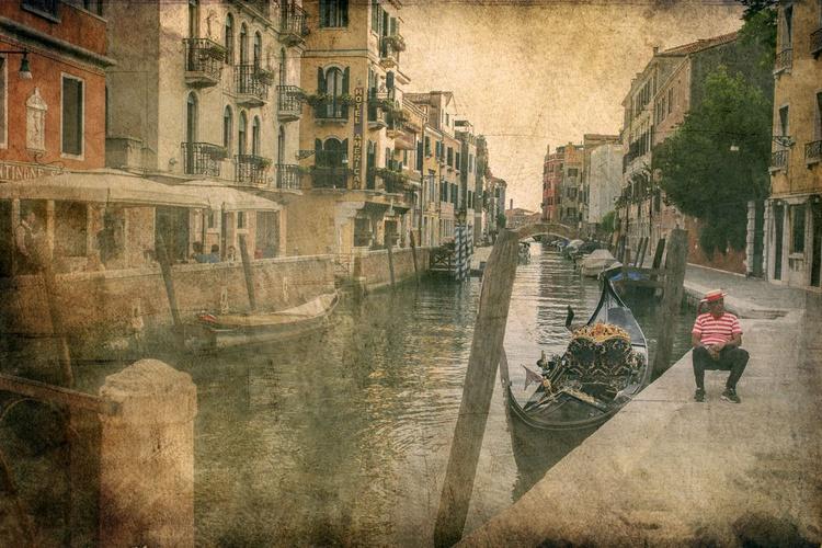 Gondoliere in Venice - Image 0