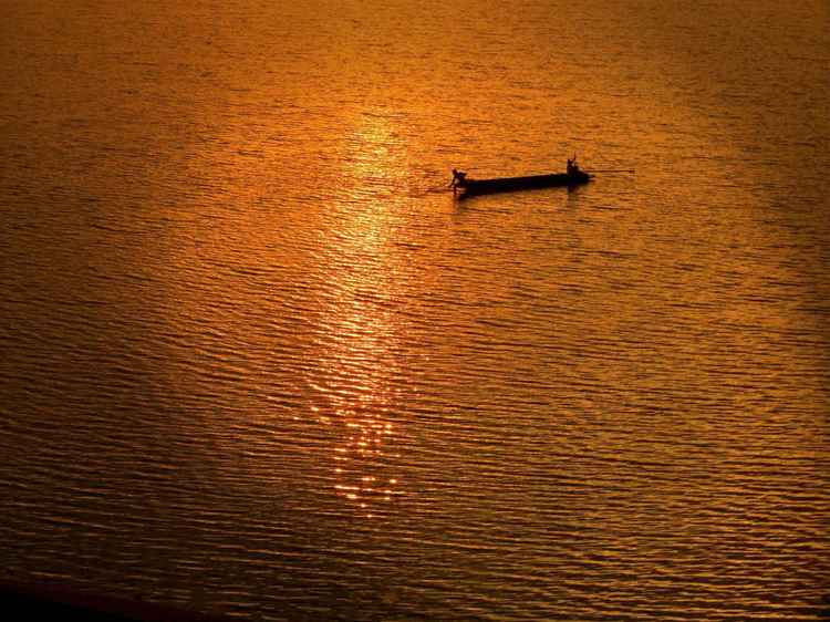 RIVER GANGES FISHERMEN - INDIA -