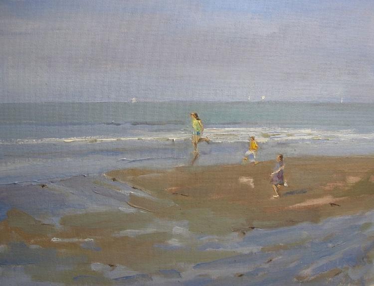 Children running on the beach - Image 0