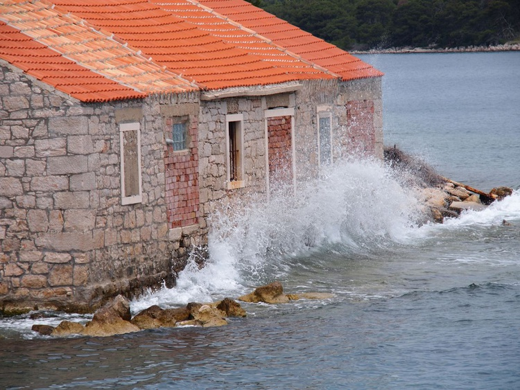 House in the sea - Image 0
