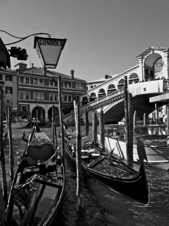 PONTE DI RIALTO - VENICE, ITALY  -
