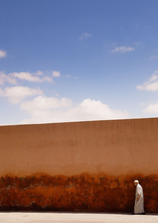 Along the walls of the Marrakesh Medina. (119x84cm) - Image 0