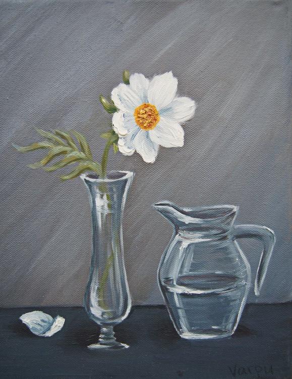 White flower in glass vase - Image 0