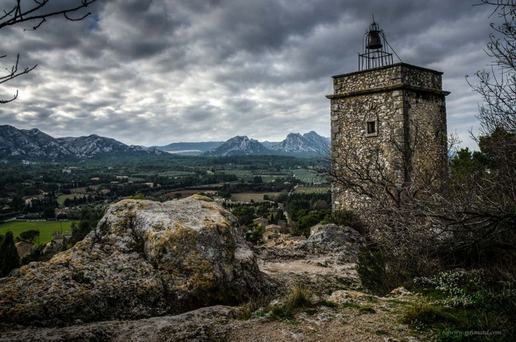 The old village and the Alpilles - Image 0