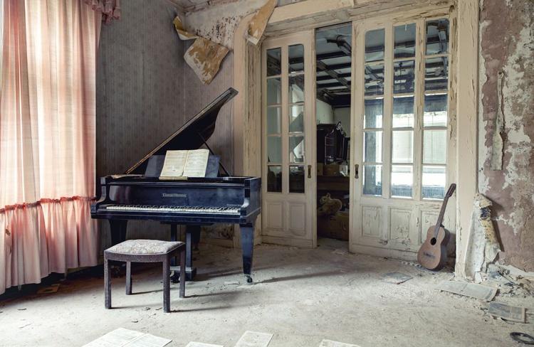 Abandoned piano #3 - Image 0