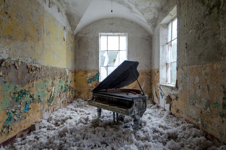 Abandoned piano #4 - Image 0