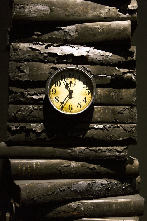 Books and clock - Image 0