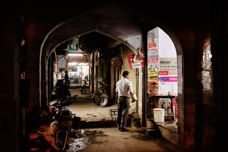 Jaipur alleyway at night. (59x42cm) - Image 0