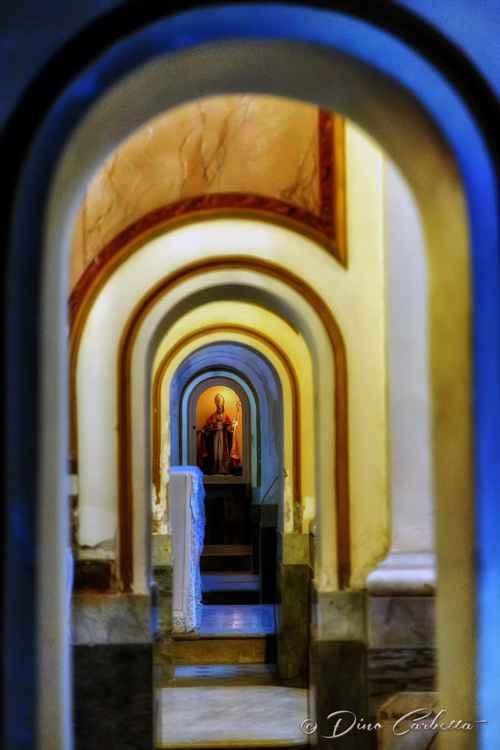 Vista unica attraverso archi medievali della Cattedrale di Sorrento -